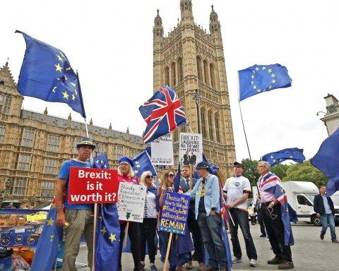 ЕС одобрил соглашение о Brexit: Великобритания рискует скатиться в неизвестность