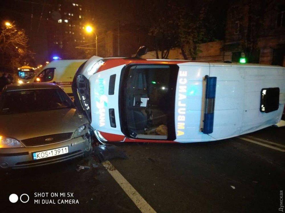 Машина охраны протаранила и опрокинула «скорую» с пациентом