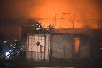 У Києві посеред ночі спалахнула потужна пожежа: кадри з місця НП