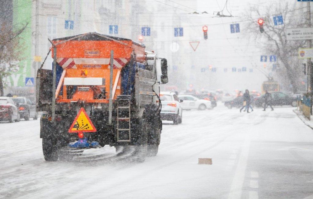 Снег в Киеве: момент одной из самых масштабных аварий попал на видео