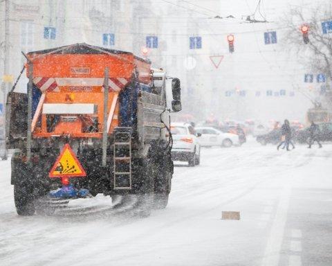 Сніг у Києві: момент однієї з найбільш масштабних аварій потрапив на відео