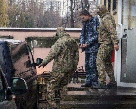 Окупанти вивозять з Криму захоплених українських моряків: подробиці