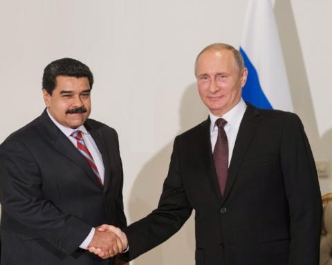 Встали с колен: в сети высмеяли фото Путина с известным диктатором