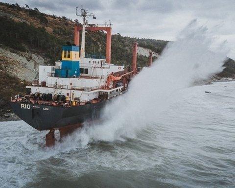 """У Чорному морі корабель """"влип"""" у серйозну НП через негоду:  все потрапило на відео"""
