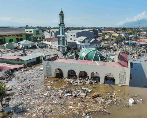 Индонезию атаковало мощное цунами: видео и данные о жертвах