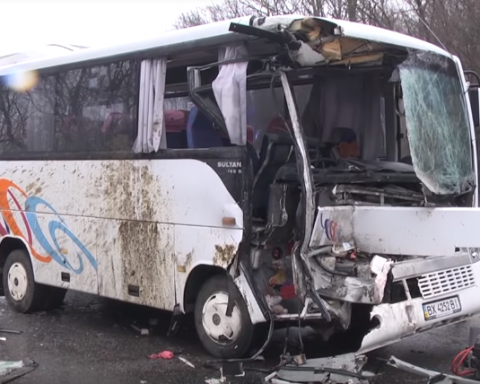 Автобус с пассажирами столкнулся с грузовиком на украинской трассе, много пострадавших