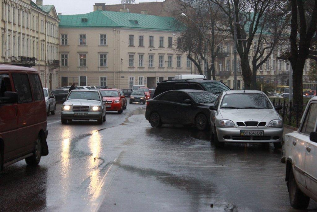 Вулиці Львова перетворилися на річки  наслідки серйозної аварії потрапили  на відео a8be93edd423a