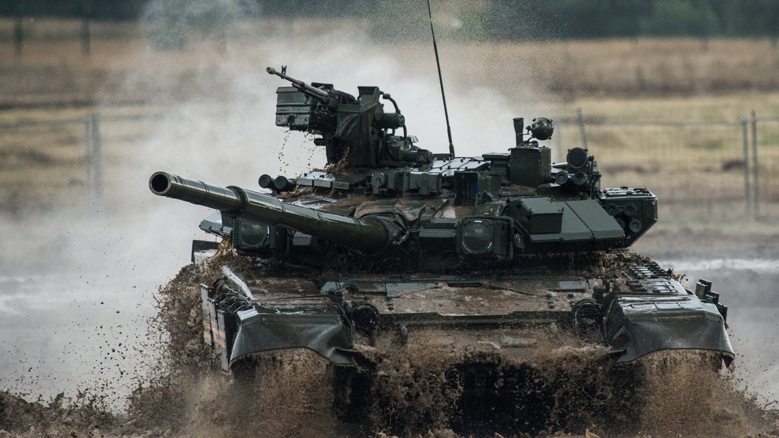 Появились видео и фото танков, которые Россия стянула к границам Украины