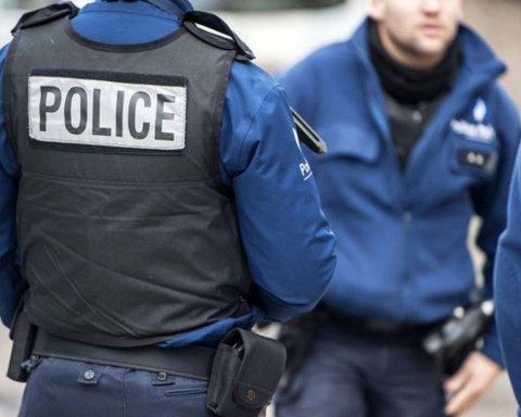 Копи почали погрожувати зброєю протестувальникам у Франції: момент потрапив на відео