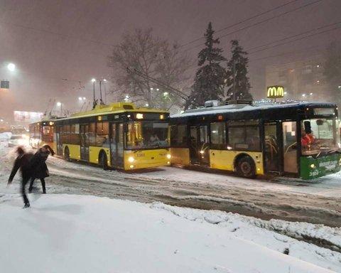 В Киеве троллейбус вылетел на тротуар: очевидцы показали фото