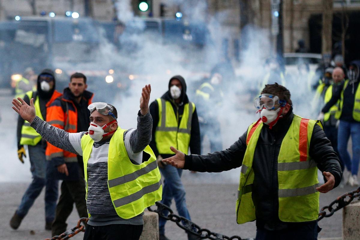 Протести у Франції перетворилися на свавілля та зачепили Україну: фото і відео, які все показують