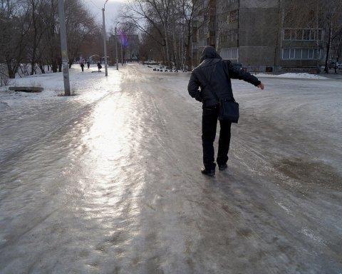 Дощі зі снігом та штормовий вітер: синоптик попередила українців про новий погодний колапс