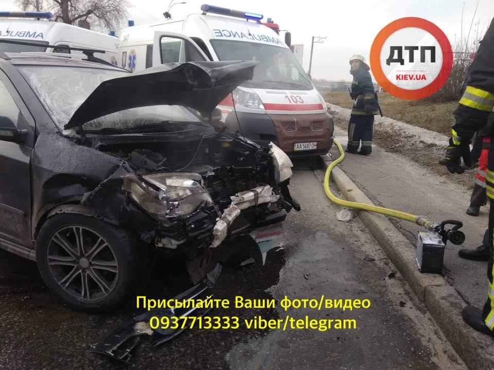 У Києві сталася серйозна аварія, водіїв госпіталізували: фото та відео