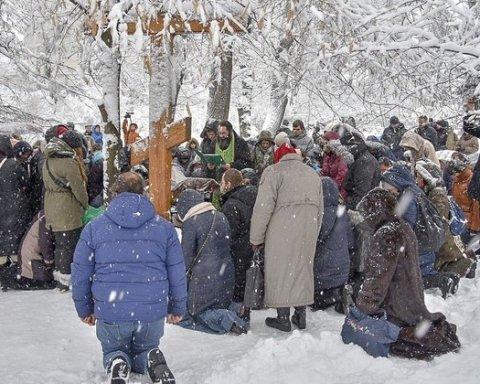 Томос для України: прихильники УПЦ МП стали на коліна