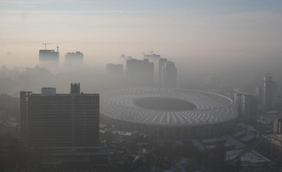 Киев охватил густой туман, проехать невозможно: яркие кадры