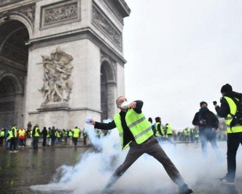"""Протести у Франції: """"жовті жилети"""" розтрощили знамениту пам'ятку у Парижі"""