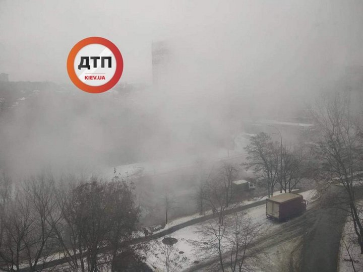Вода рікою та неймовірний туман: очевидці показали фото НП у Києві