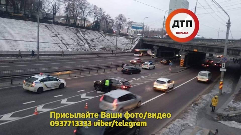 У Києві сталася ДТП із постраждалими: очевидці показали фото