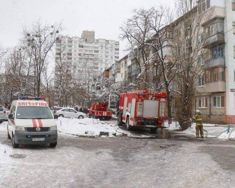 У Києві спалахнула пожежа в багатоповерхівці: подробиці і фото з місця НП