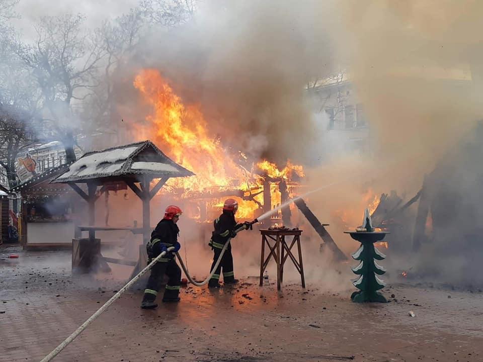 Во Львове на рождественской ярмарке прогремел взрыв, есть пострадавшие: фото и видео с места ЧП
