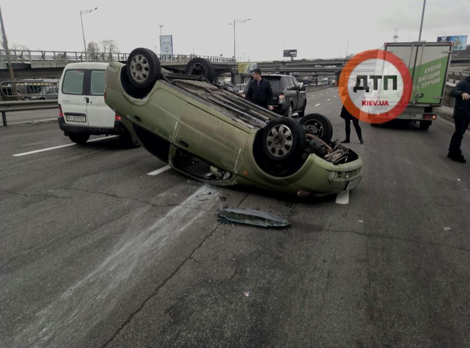 В Киеве произошло жуткое ДТП: авто с ребенком перекинулось на мосту