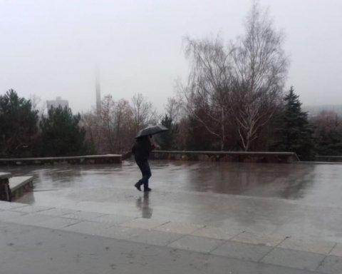 Украину «атакуют» ливни, град и наводнения: последствия стихии попали на видео