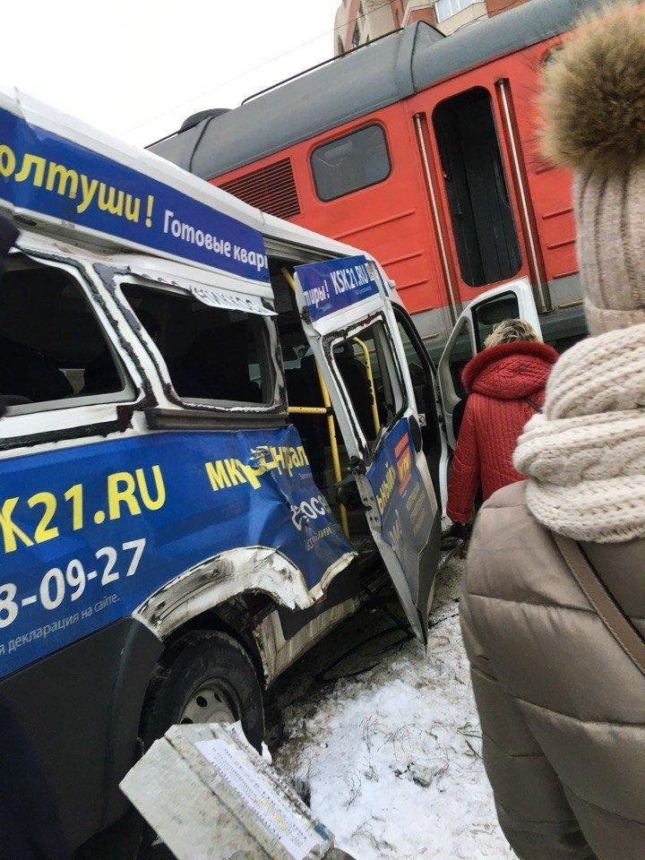 У Росії потяг протаранив маршрутку, є постраждалі: перше відео з місця НП
