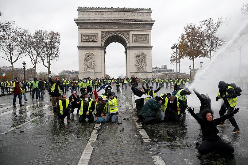 """Протести у Франції дійшли до """"святого"""": фото, відео і подробиці"""