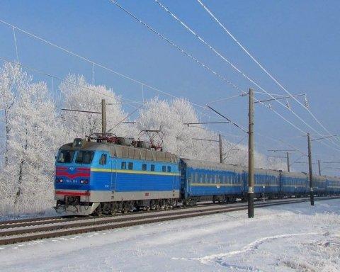 Стоял в поле пять часов: поезд с сотнями пассажиров застрял под Тернополем