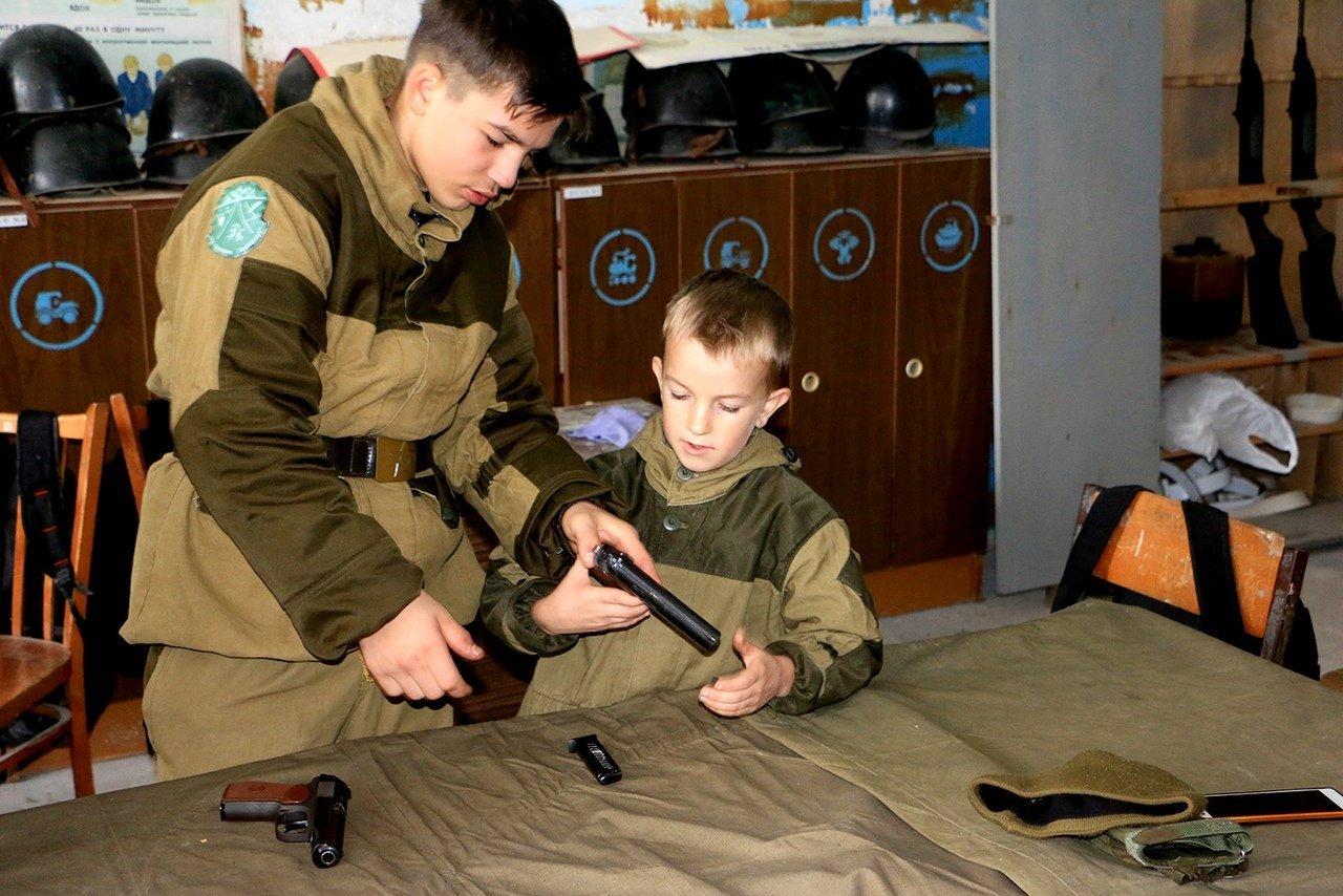 Окупанти готують кримських дітей до війни: опубліковано фото