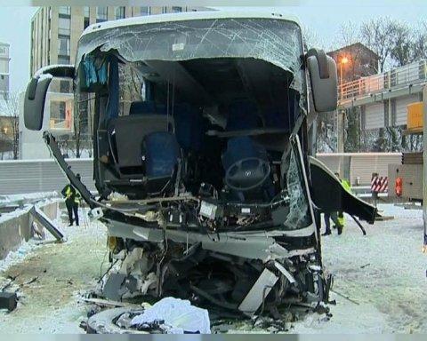 Пасажирський автобус розбився об стіну на автобані: десятки постраждалих, є загиблий