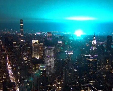Атака пришельцев: жителей Нью-Йорка напугало яркое голубое свечение после взрыва