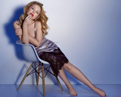Тина Кароль восхитила поклонников платьем с нескромным разрезом: опубликовано фото