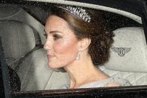 Єлизавета II і Кейт Міддлтон покрасувалися на прийомі у білих сукнях і тіарах: з'явилися фото