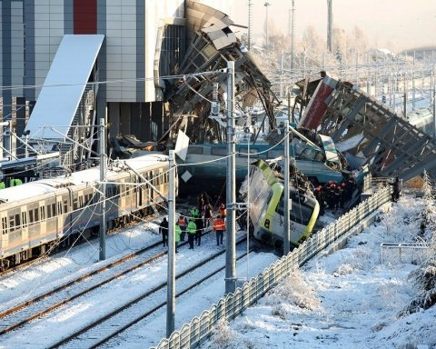 Кількість жертв залізничної катастрофи в Туреччині різко зросла: подробиці і нові кадри
