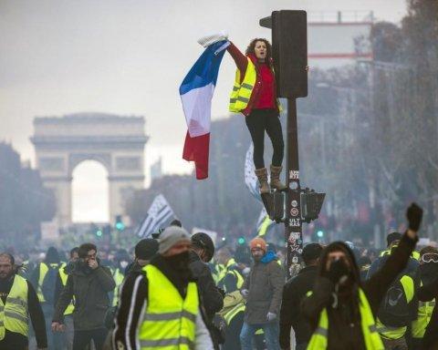 Масові арешти, військова техніка і десятки поранених: фото і відео протестів у Парижі
