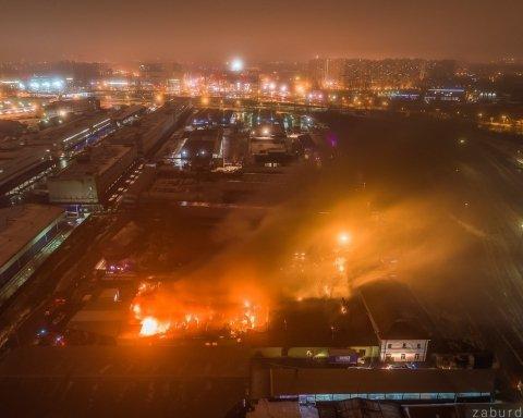 Крупный пожар устроил «белую ночь» в Питере: кадры с места ЧП