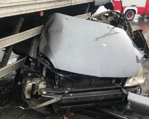 Смерть под колесами фуры: на украинской трассе произошло жуткое ДТП, кадры с места ЧП