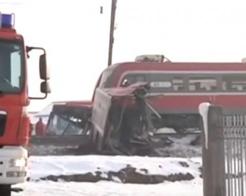 Потяг протаранив пасажирський автобус, є загиблі: деталі НП в Європі