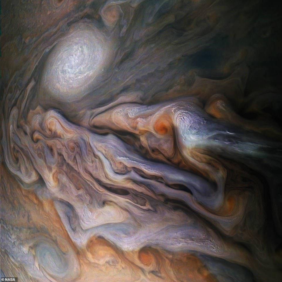 На Юпітері знайшли «дельфінів»: космічний апарат надіслав унікальні знімки