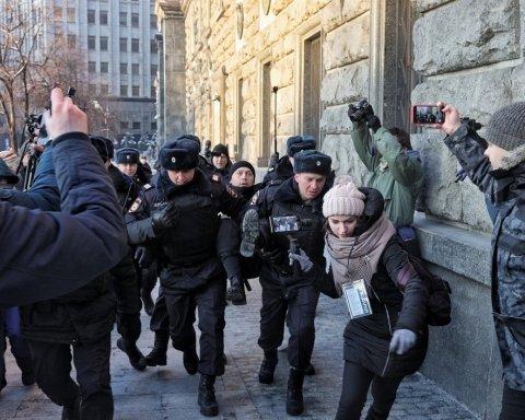 У Росії жорстоко познущалися над активістами, які мітингували проти війни з Україною