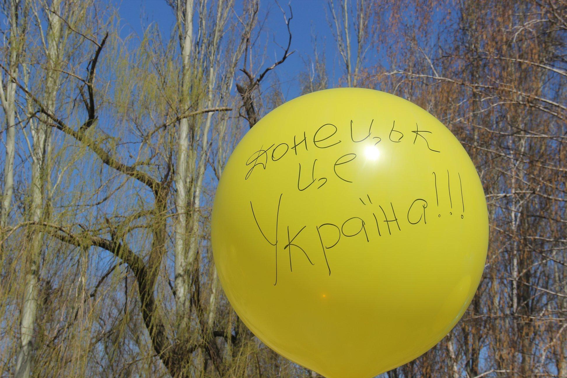 """Бойовики """"ДНР"""" осоромилися з прапором України: опубліковано фото"""