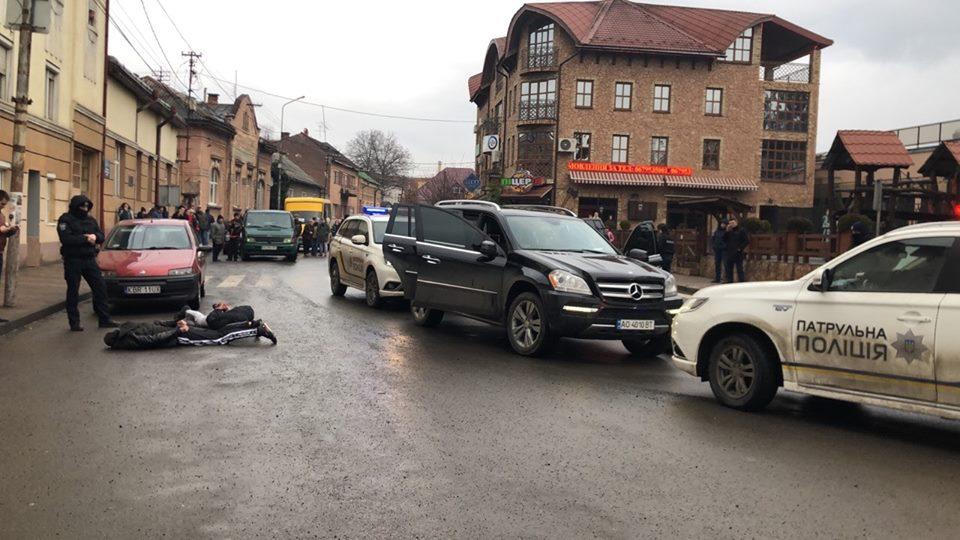 На Закарпатті сталася стрілянина біля школи, стягнуто багато поліції: фото і відео з місця події