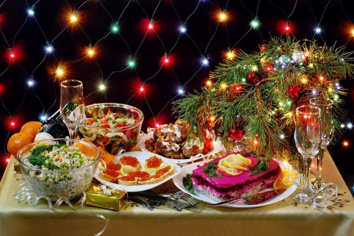 Открытка с новогодним столом, именем милана блестяшки