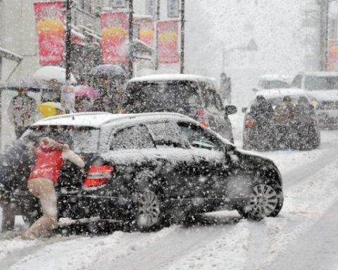 У Києві через снігопад на дорогах утворилися затори: карта проїзду