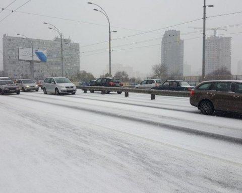 В Киеве из-за снегопада на дорогах образовались пробки: карта проезда