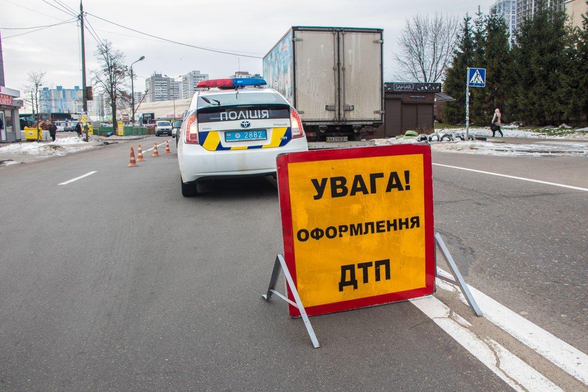 На вулиці Києва збили пішохода: фото з місця ДТП