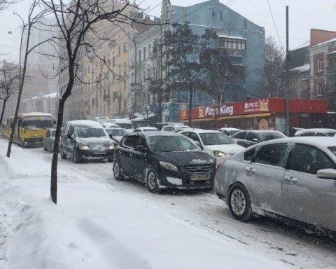 В Киеве авто стоят в пробках, движение ограничено: карта проезда