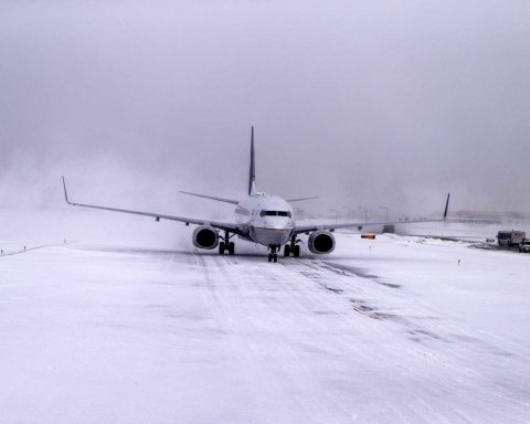 Снегопад в Киеве: столичные аэропорты начали отменять рейсы