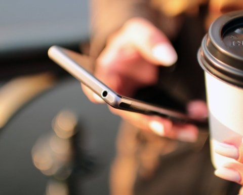 Анонсирован первый в мире смартфон с полностью безрамочным экраном: фото